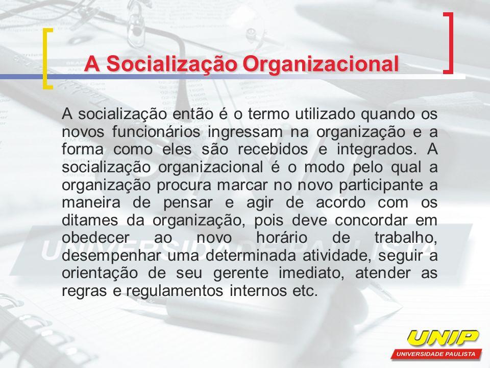A Socialização Organizacional A socialização então é o termo utilizado quando os novos funcionários ingressam na organização e a forma como eles são recebidos e integrados.
