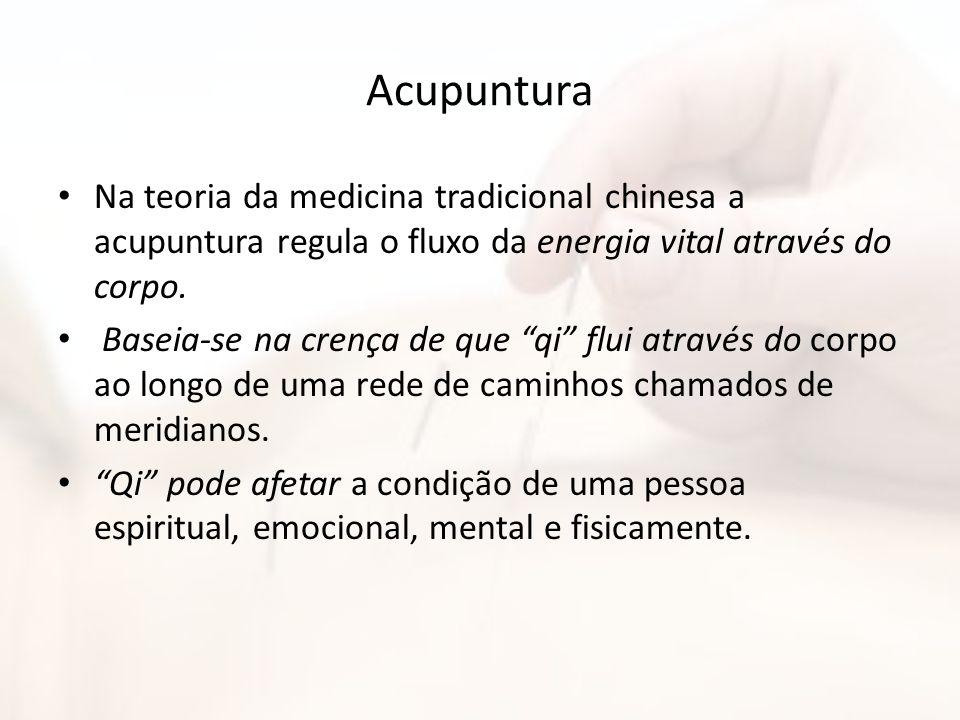 Acupuntura Na teoria da medicina tradicional chinesa a acupuntura regula o fluxo da energia vital através do corpo. Baseia-se na crença de que qi flui