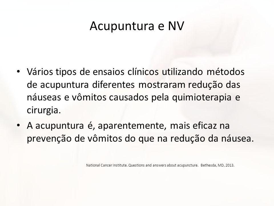 Acupuntura e NV Vários tipos de ensaios clínicos utilizando métodos de acupuntura diferentes mostraram redução das náuseas e vômitos causados pela qui