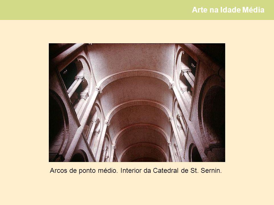 Arte na Idade Média Arcos de ponto médio. Interior da Catedral de St. Sernin.