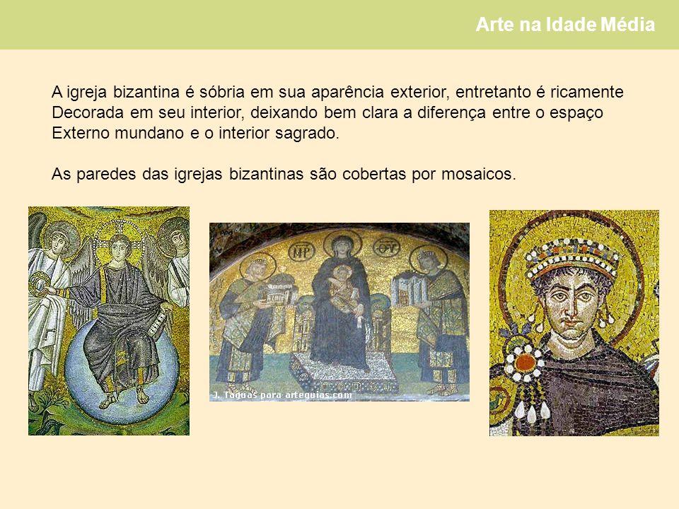 Arte na Idade Média A igreja bizantina é sóbria em sua aparência exterior, entretanto é ricamente Decorada em seu interior, deixando bem clara a diferença entre o espaço Externo mundano e o interior sagrado.