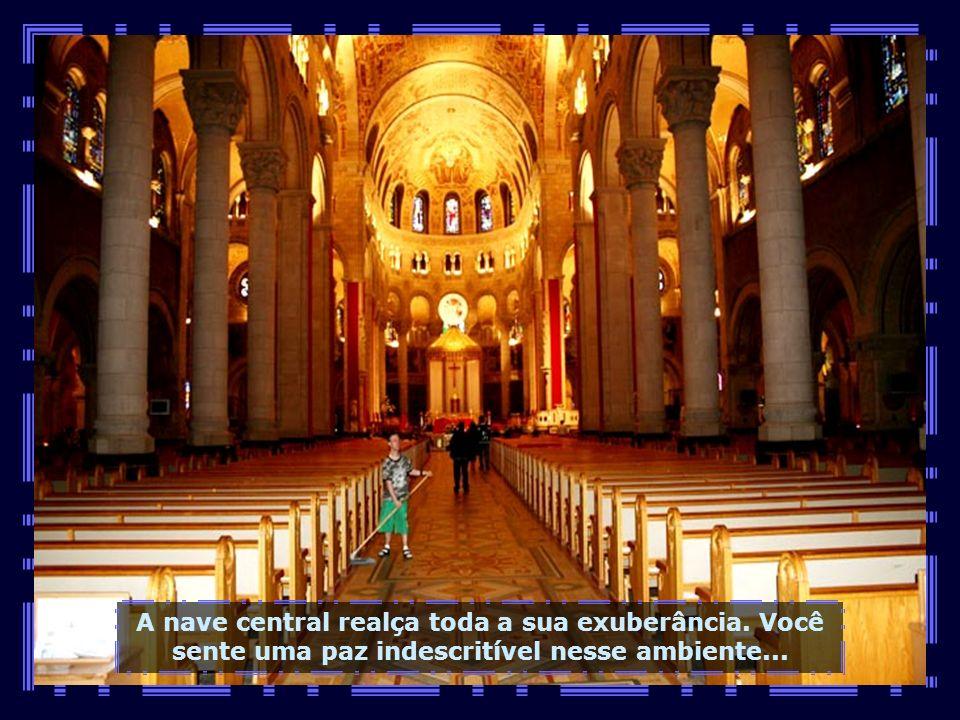 O interior da basílica é algo espetacular, com suas naves em arcos....