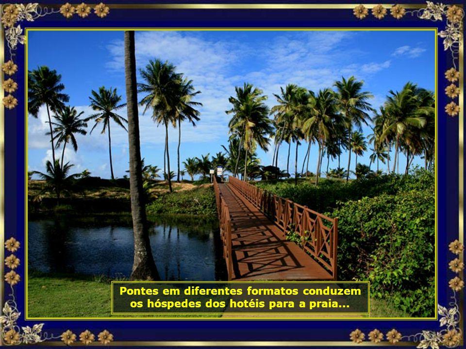 Caminhos entre coqueirais, beirando a praia, nos levam de um para outro resort...