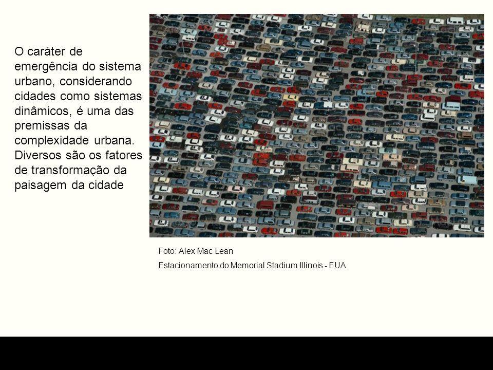 Foto: Alex Mac Lean Estacionamento do Memorial Stadium Illinois - EUA O caráter de emergência do sistema urbano, considerando cidades como sistemas di