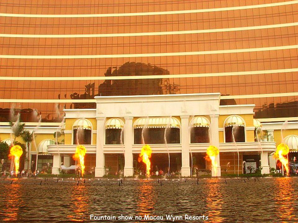Hotel Casino Wynn Macau em primeiro plano, com Hotel Casino Star World à esquerda