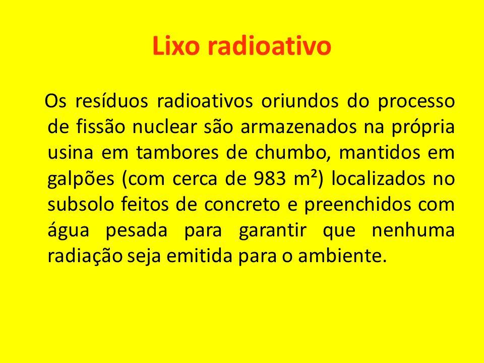 Lixo radioativo Os resíduos radioativos oriundos do processo de fissão nuclear são armazenados na própria usina em tambores de chumbo, mantidos em galpões (com cerca de 983 m²) localizados no subsolo feitos de concreto e preenchidos com água pesada para garantir que nenhuma radiação seja emitida para o ambiente.