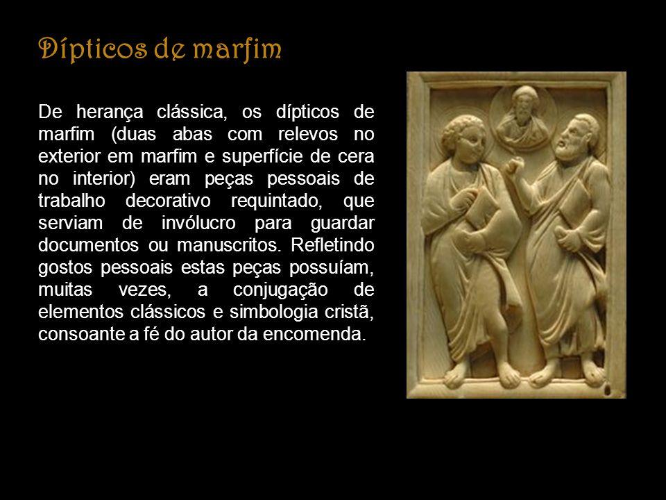 Dípticos de marfim De herança clássica, os dípticos de marfim (duas abas com relevos no exterior em marfim e superfície de cera no interior) eram peças pessoais de trabalho decorativo requintado, que serviam de invólucro para guardar documentos ou manuscritos.