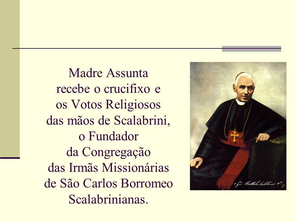 Madre Assunta recebe o crucifixo e os Votos Religiosos das mãos de Scalabrini, o Fundador da Congregação das Irmãs Missionárias de São Carlos Borromeo