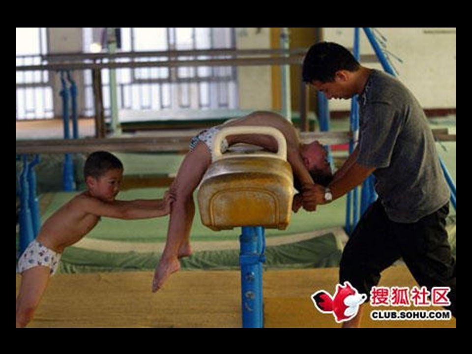 Treinadores são enviados por toda a China para procurar crianças promissoras em creches e escolas. Eles olham para as crianças com o físico certo que