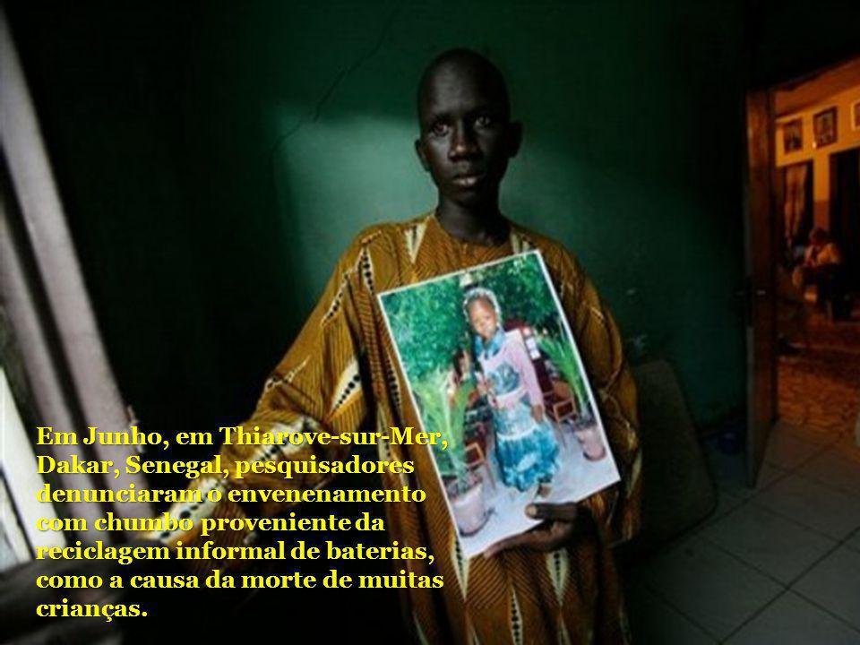 Em Junho, em Thiarove-sur-Mer, Dakar, Senegal, pesquisadores denunciaram o envenenamento com chumbo proveniente da reciclagem informal de baterias, co