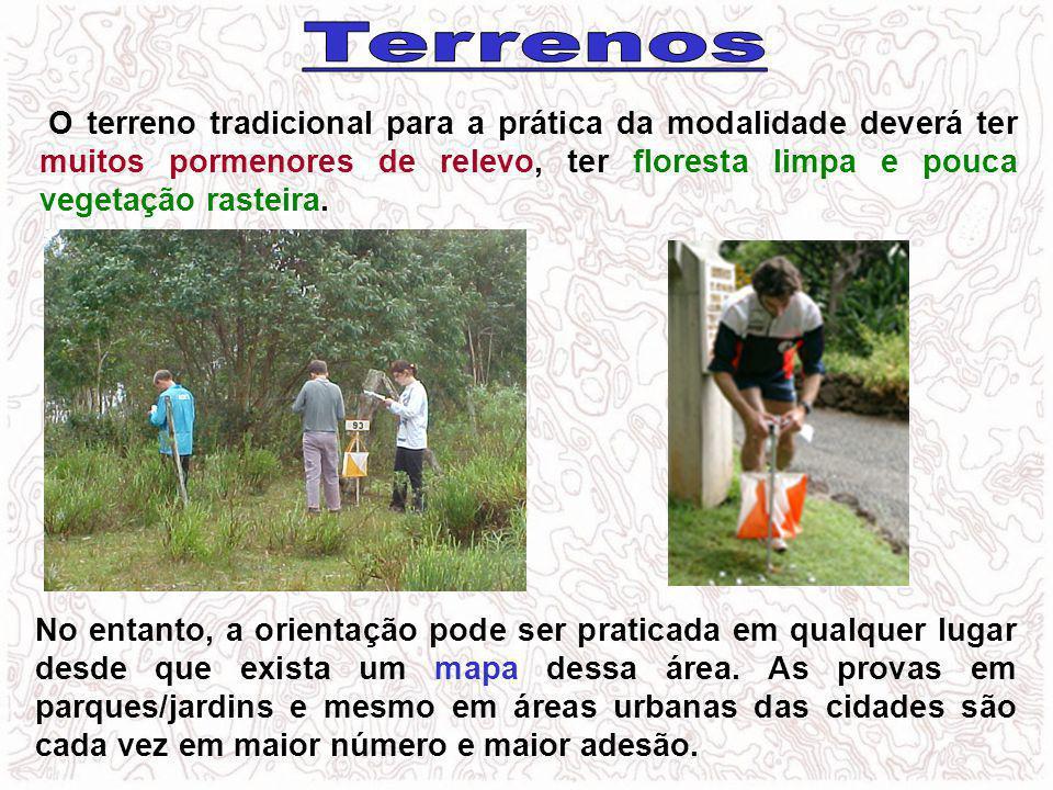 O terreno tradicional para a prática da modalidade deverá ter muitos pormenores de relevo, ter floresta limpa e pouca vegetação rasteira. No entanto,