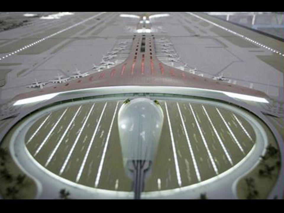 São 16 tonalidades de vermelho no teto monumental, que garantem uma leve divisão entre as zonas do aeroporto.