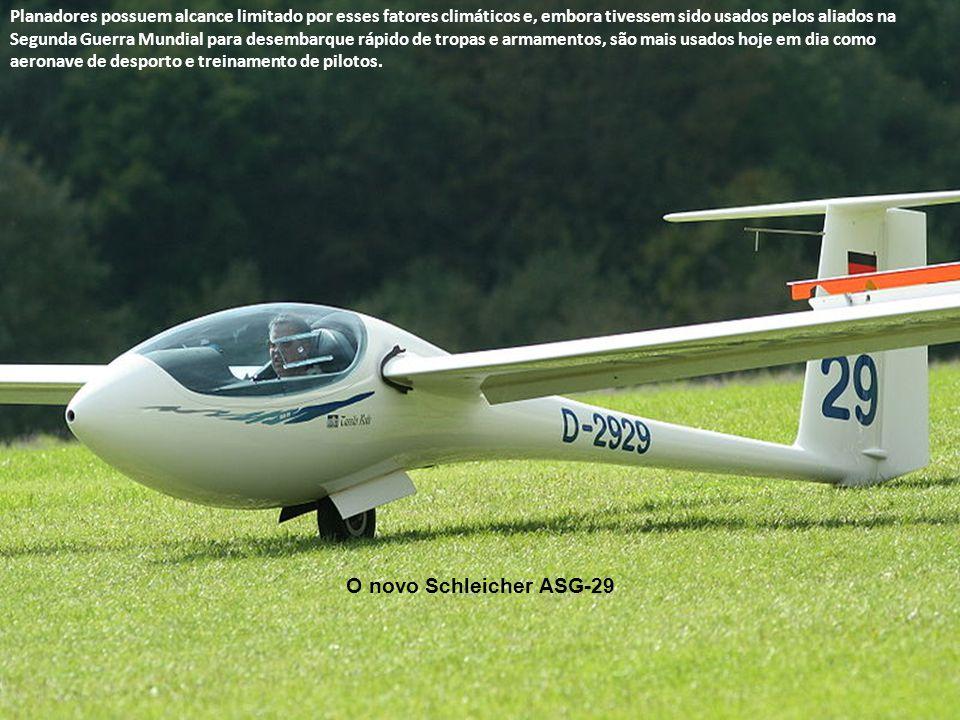 Planador Blanik em reboque por avião Uma vez no ar, o piloto de planador procura guiá-lo através de correntes de ar ascendentes provenientes do solo a
