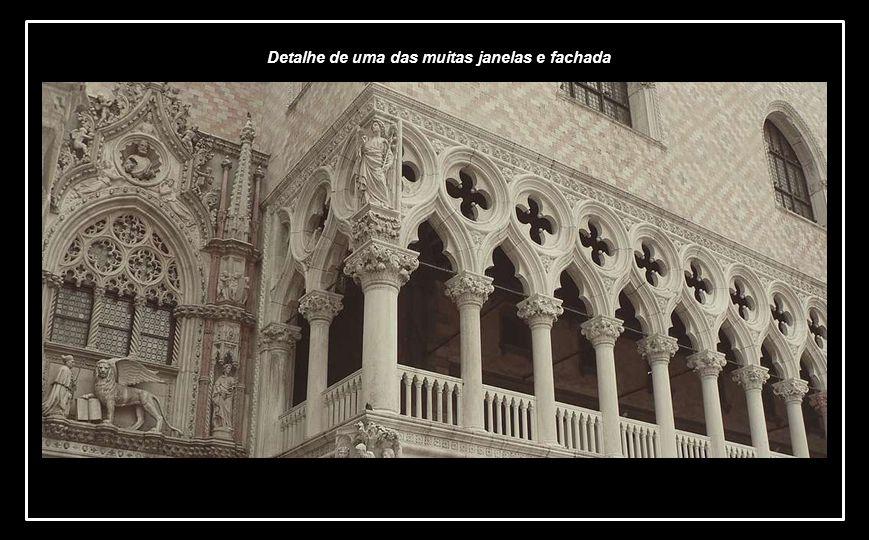 ] Uma das fachadas numa mescla de gótico tardio com certa influência bizantina
