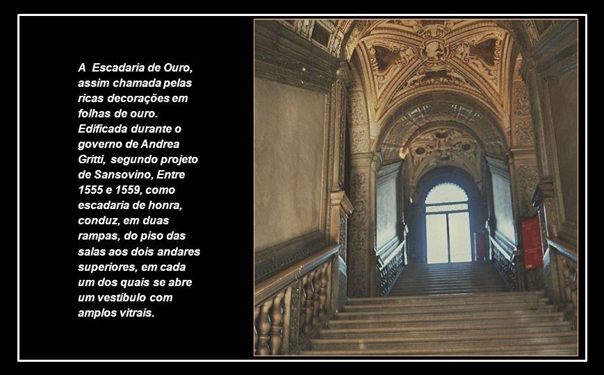 Erguida entre 1483 e 1491 segundo projeto de Antonio Rizzo, a Escadaria dos Gigantes deve o nome às duas estátuas de mármore representando Marte e Net