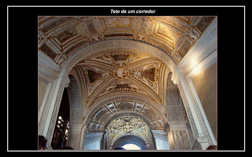 Teto com detalhes em ouro da Escada de Ouro e entrada de um dos salões