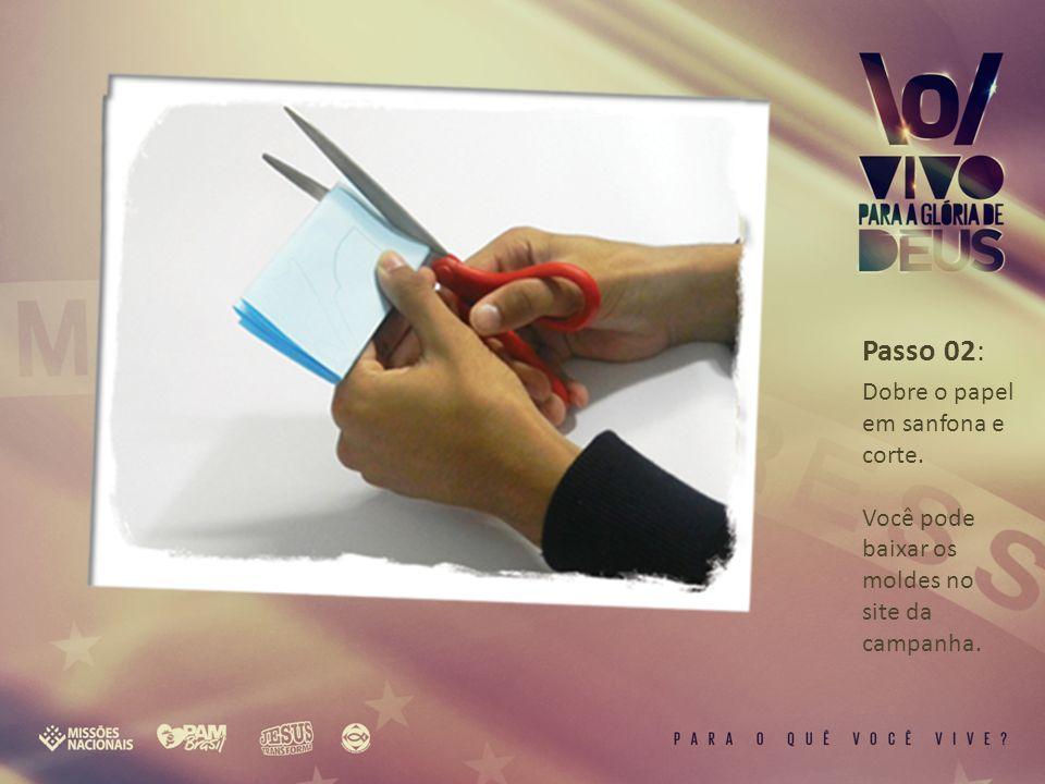 Passo 02: Dobre o papel em sanfona e corte. Você pode baixar os moldes no site da campanha.