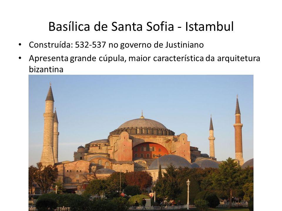 Basílica de Santa Sofia - Interior O revestimento de mármore e mosaicos e a sucessão de janelas e arcos criam um espaço interno belíssimo