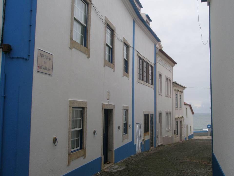 Esta Travessa das Gaivotas conduz-nos directamente da Rua Alves Crespo às arribas, sobre o mar, mas mais parece a Travessa das Pombas!