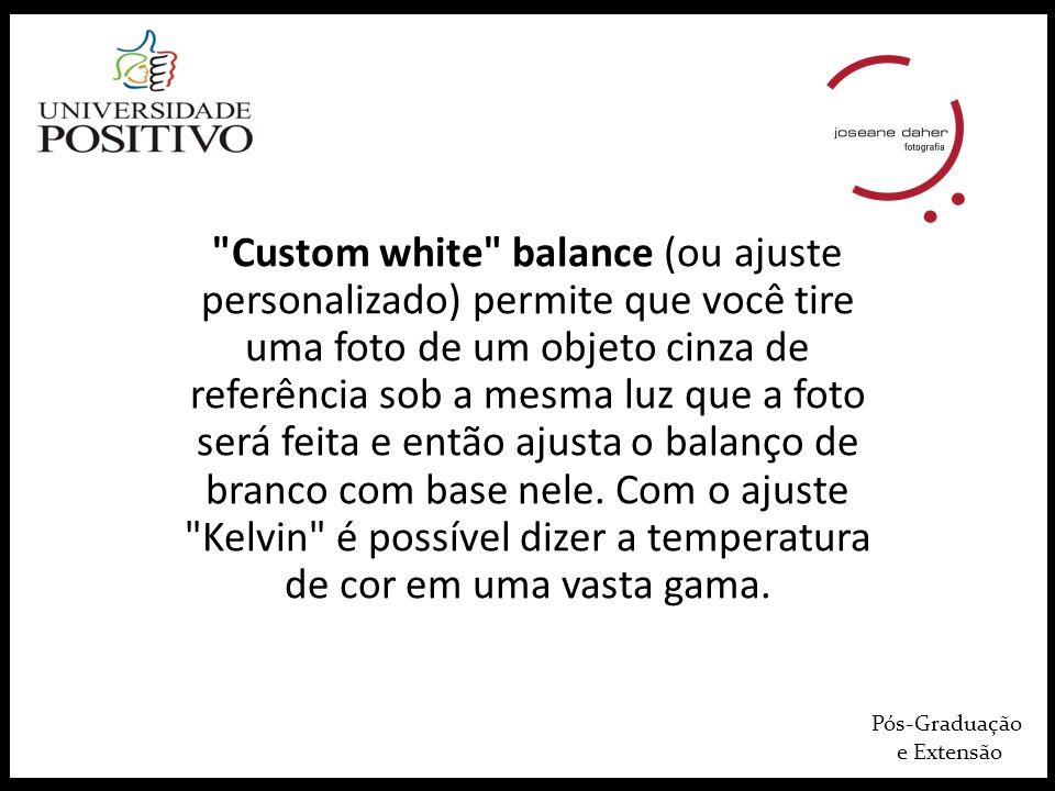 Pós-Graduação e Extensão Custom white balance (ou ajuste personalizado) permite que você tire uma foto de um objeto cinza de referência sob a mesma luz que a foto será feita e então ajusta o balanço de branco com base nele.