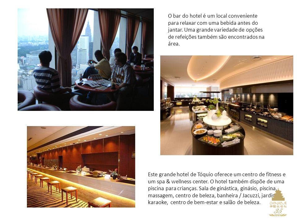 O bar do hotel é um local conveniente para relaxar com uma bebida antes do jantar.