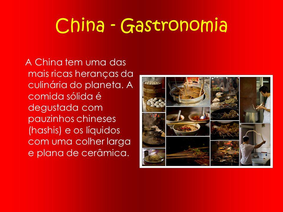 China - Gastronomia A China tem uma das mais ricas heranças da culinária do planeta. A comida sólida é degustada com pauzinhos chineses (hashis) e os