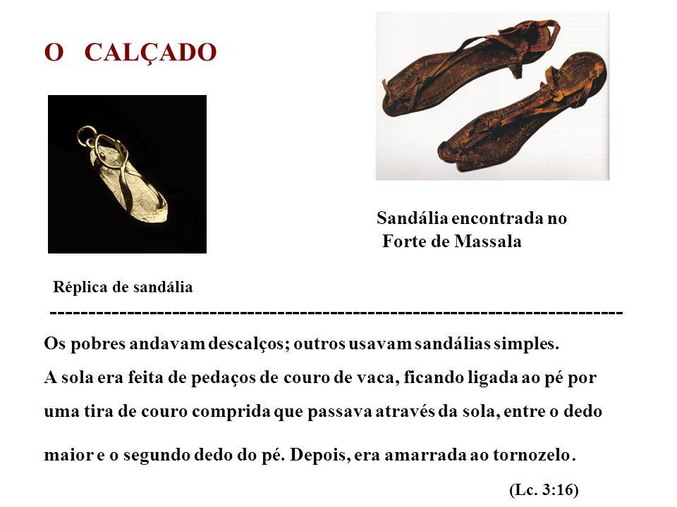 O CALÇADO Sandália encontrada no Forte de Massala Réplica de sandália ---------------------------------------------------------------------------- Os pobres andavam descalços; outros usavam sandálias simples.