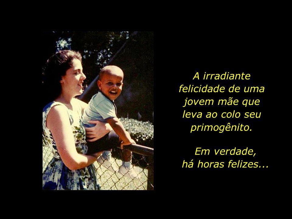 A irradiante felicidade de uma jovem mãe que leva ao colo seu primogênito.