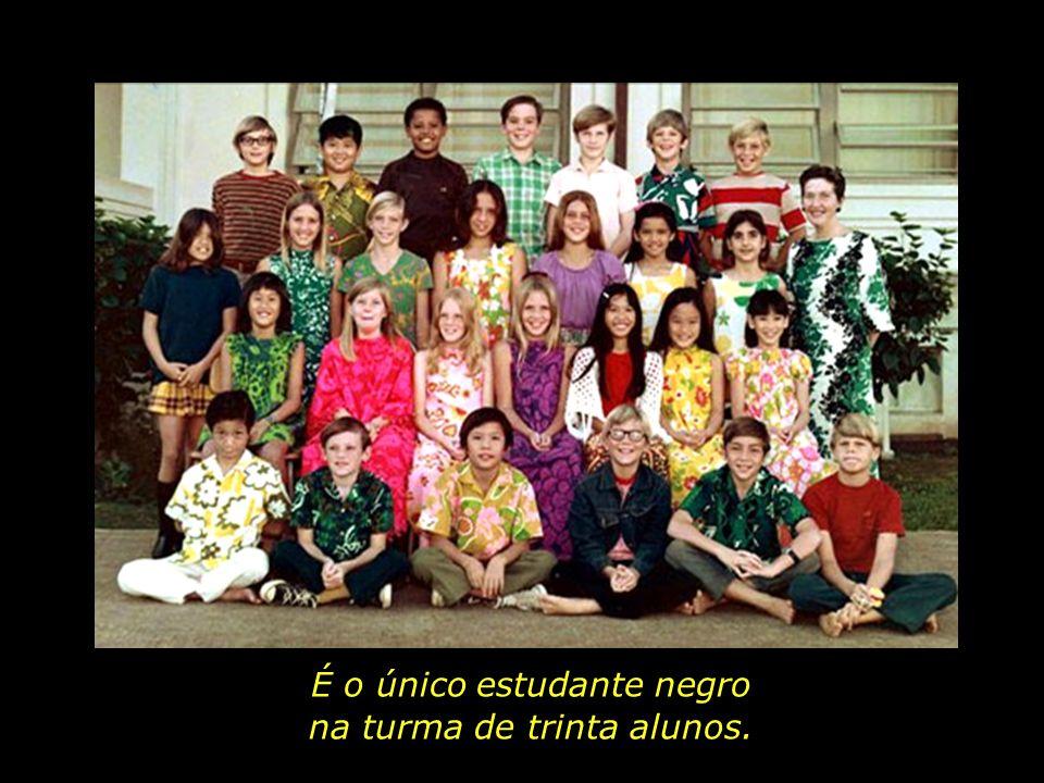 E a vida continua.Barack Obama, agora com dez anos de idade, é matriculado numa escola do Hawaii.