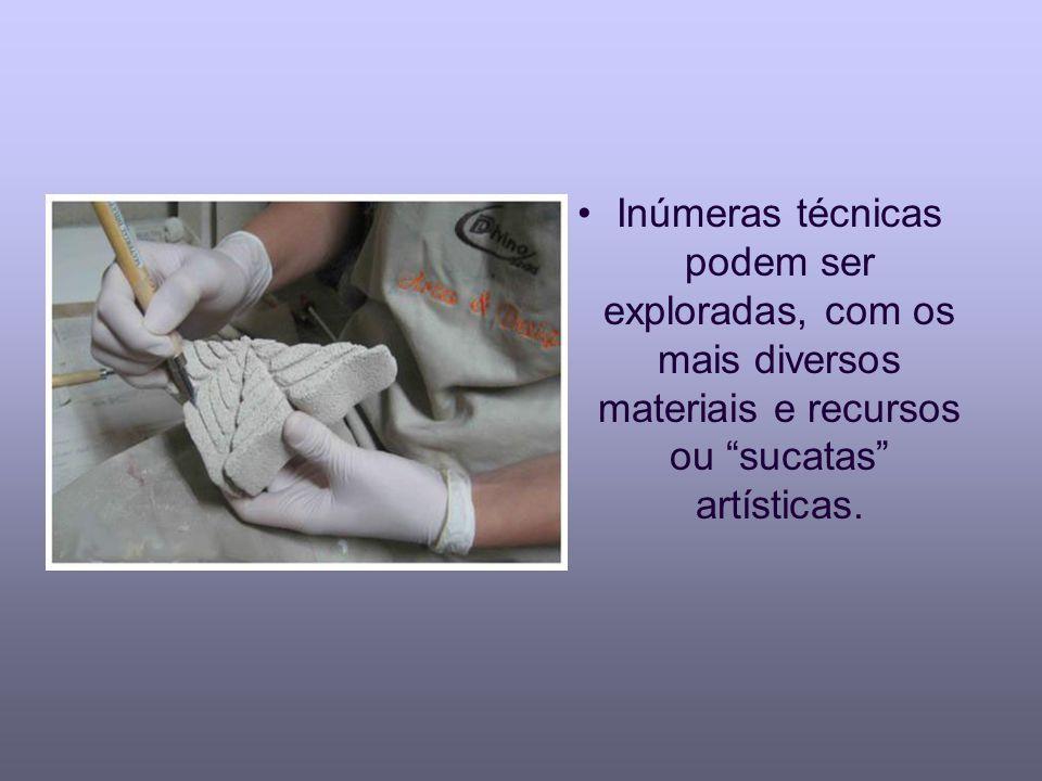 Inúmeras técnicas podem ser exploradas, com os mais diversos materiais e recursos ou sucatas artísticas.