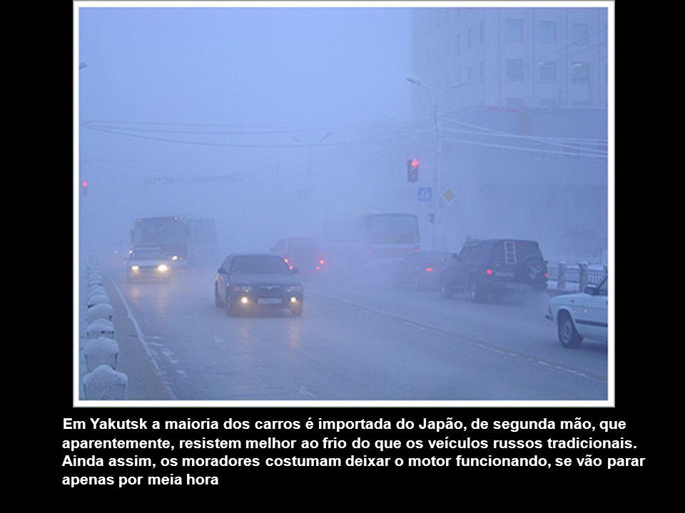 Não há ferrovia até Yakutsk. As outras opções são uma viagem de 1,6 mil quilômetros de barco subindo o rio Lena, nos poucos meses do ano em que ele nã