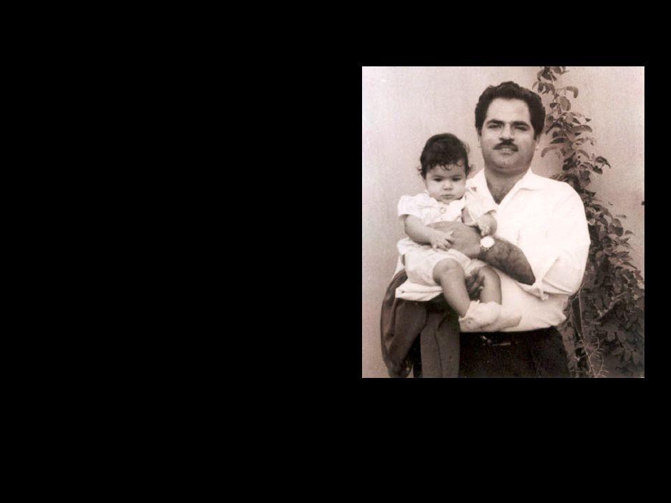O nascimento de Mona é motivo de uma felicidade especial para sua família. Mona é a nossa alegria e o nosso desejo. Seu pai, repete constantemente: