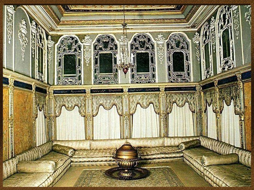 O design e a decoração do palácio, reflete a crescente influência de estilos europeus e as normas da cultura otomana.