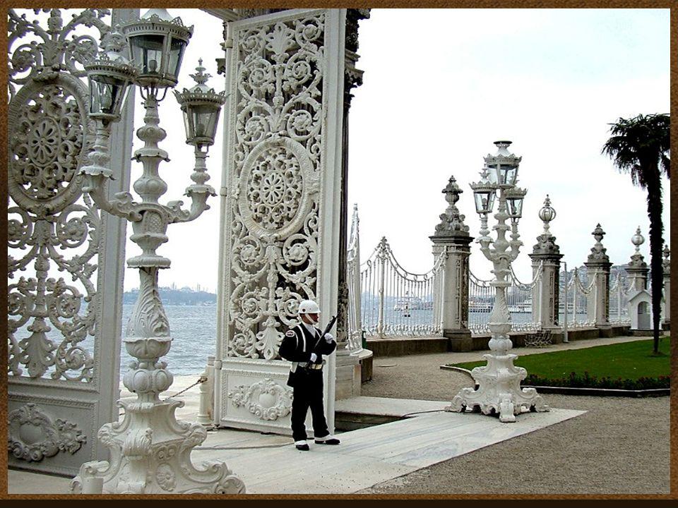 O Palácio de Dolmabahce em Istambul, Turquia, situado no lado europeu do Bósforo, foi o principal centro administrativo do Império Otomano. Uma lei qu