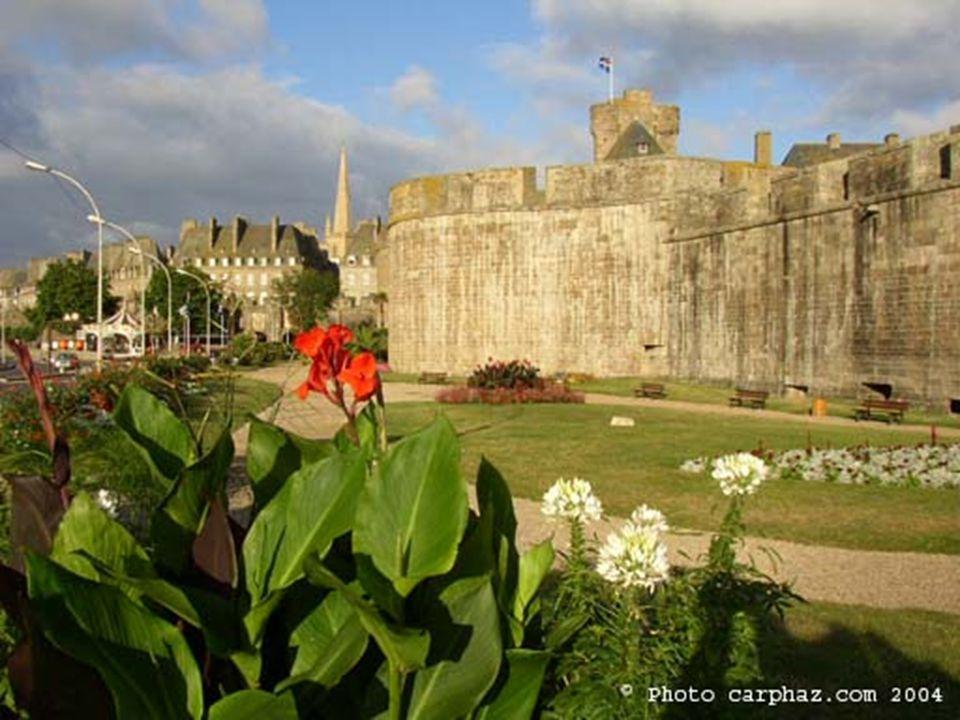 Saint Malo, da época medieval, protegida por uma muralha, é uma das cidades mais preservadas da França. Localizada na Bretanha, foi desta cidade que,