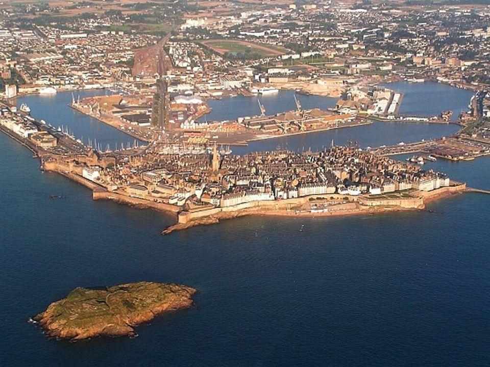 Construída em 1869 por ordem do rei Luís XIV, a fortificação protegia Saint-Malo de ataques vindos do mar. E proteção era algo fundamental, já que a c
