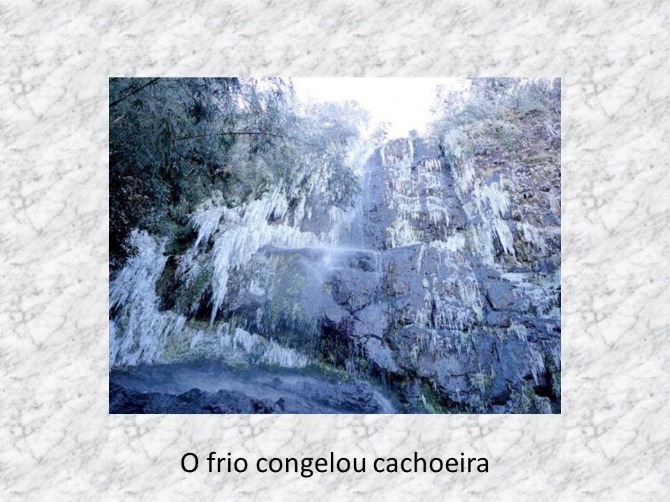 Cachoeira permaneceu congelada por dias consecutivos