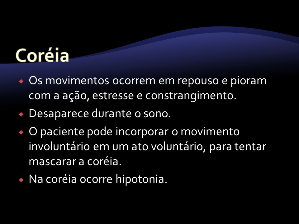 Os movimentos ocorrem em repouso e pioram com a ação, estresse e constrangimento. Desaparece durante o sono. O paciente pode incorporar o movimento in