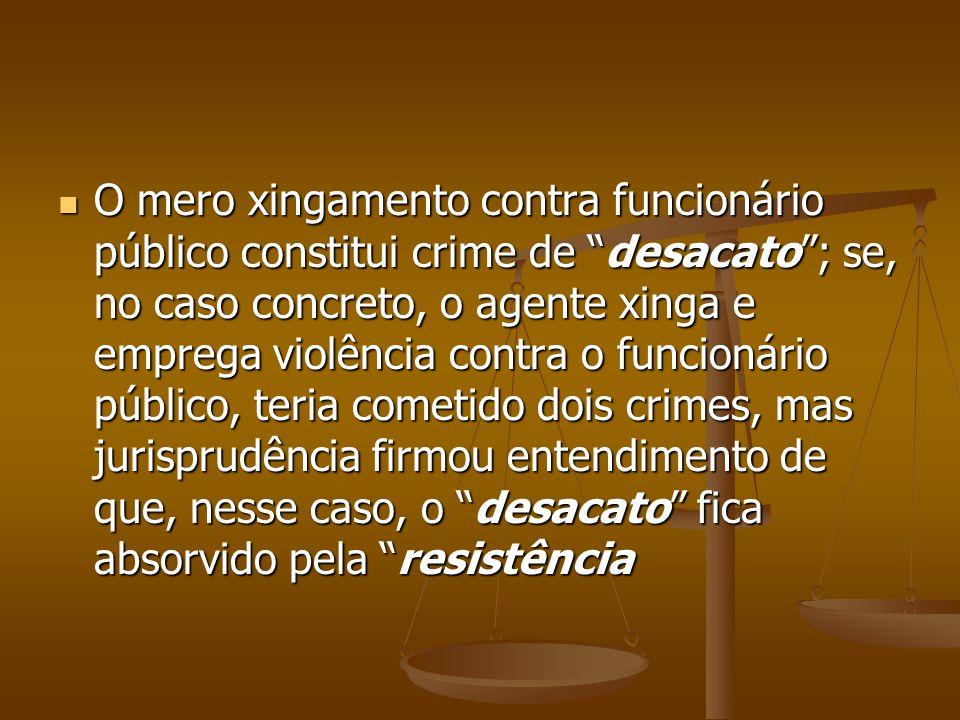 O mero xingamento contra funcionário público constitui crime de desacato; se, no caso concreto, o agente xinga e emprega violência contra o funcionári