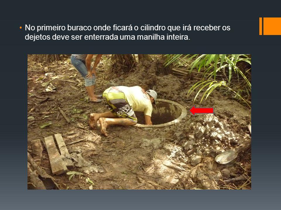 No primeiro buraco onde ficará o cilindro que irá receber os dejetos deve ser enterrada uma manilha inteira.
