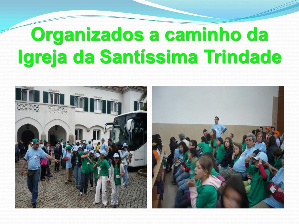 Organizados a caminho da Igreja da Santíssima Trindade