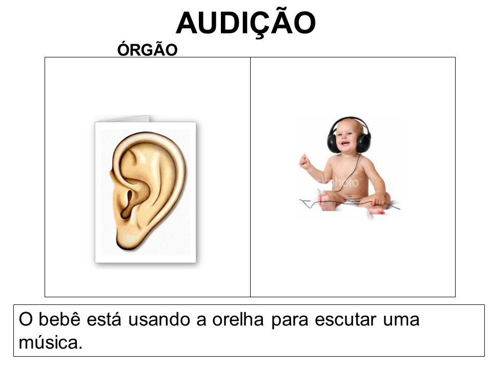 AUDIÇÃO ÓRGÃO O bebê está usando a orelha para escutar uma música.