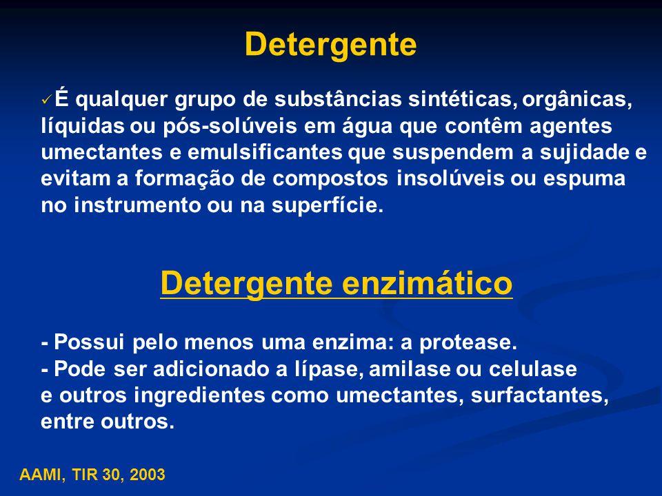 Detergente É qualquer grupo de substâncias sintéticas, orgânicas, líquidas ou pós-solúveis em água que contêm agentes umectantes e emulsificantes que suspendem a sujidade e evitam a formação de compostos insolúveis ou espuma no instrumento ou na superfície.