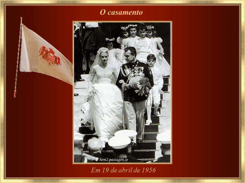 O noivado com o Príncipe Rainier III 05.01.1956 – usando a flor que foi sua legendária paixão - a orquídea