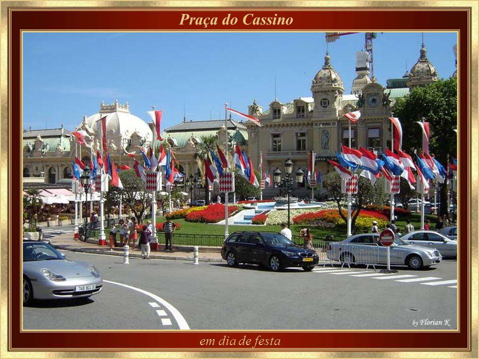 Depois da corrida - ainda com os guardrails para o Grand Prix de Mônaco Domingo de Grand Prix - Hotel de Paris