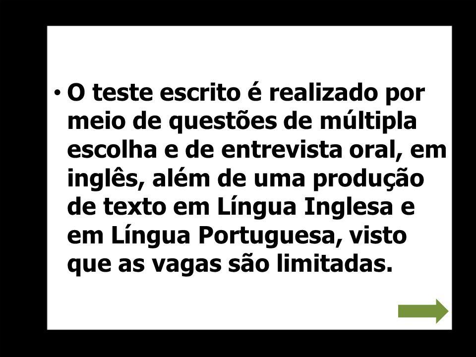 O teste escrito é realizado por meio de questões de múltipla escolha e de entrevista oral, em inglês, além de uma produção de texto em Língua Inglesa
