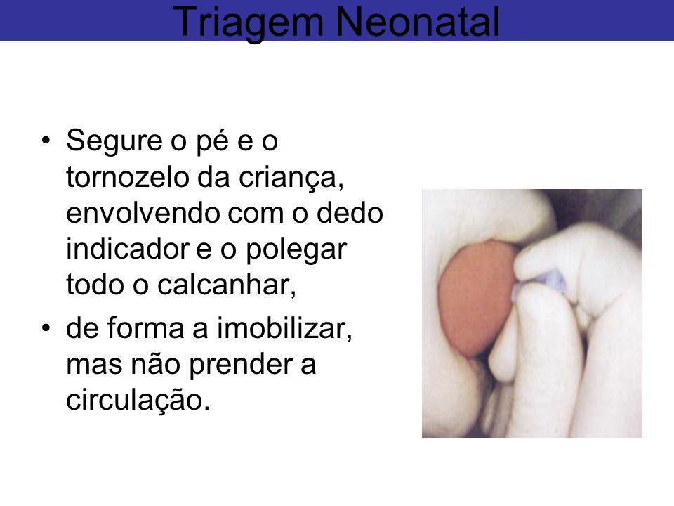 Segure o pé e o tornozelo da criança, envolvendo com o dedo indicador e o polegar todo o calcanhar, de forma a imobilizar, mas não prender a circulaçã