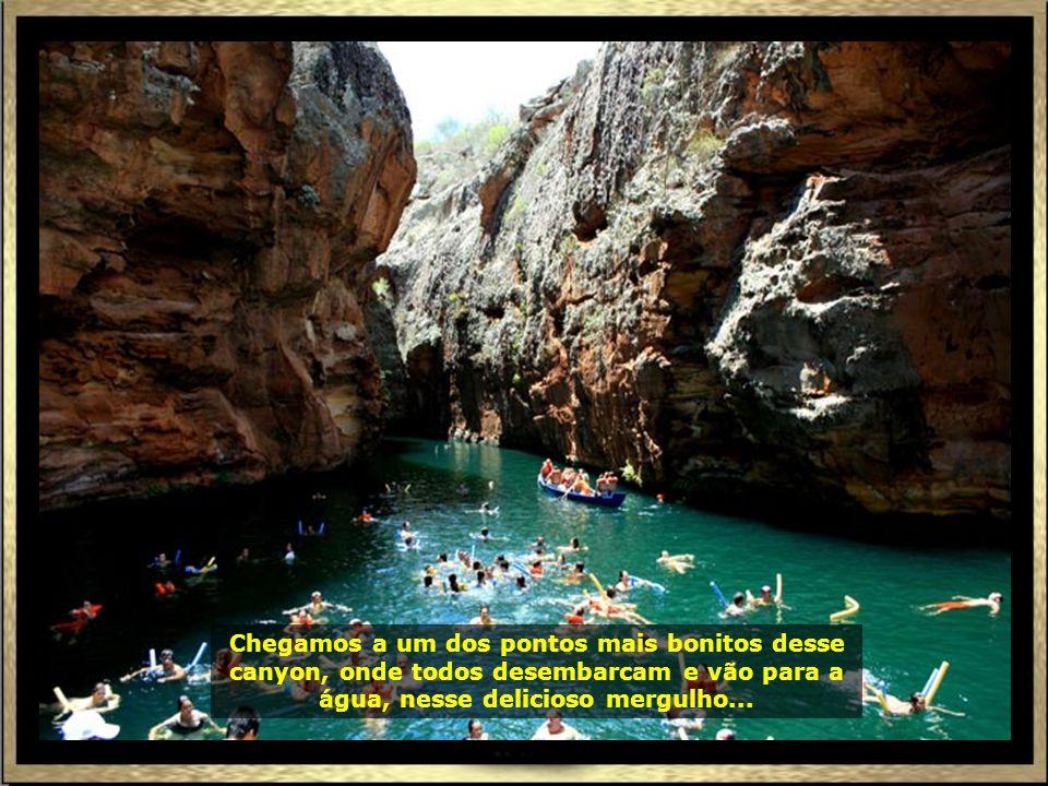 No trajeto, uma gruta na pedra tem a imagem de São Francisco de Assis abençoando os navegantes.
