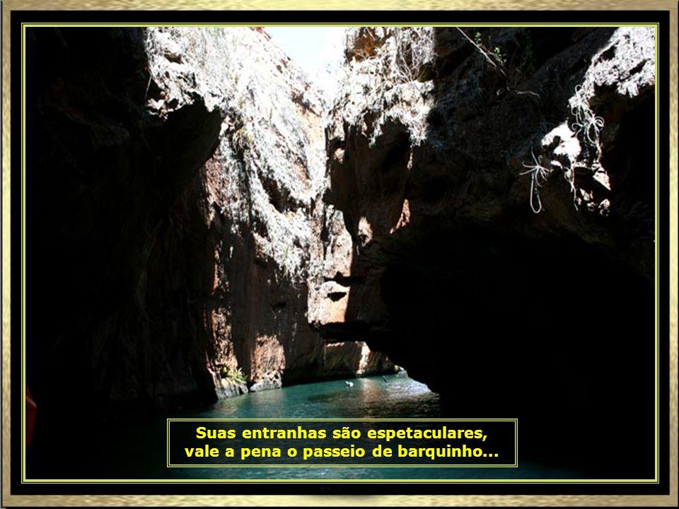 Outros preferem pegar os barquinhos e conhecer essa entrada na rocha, mais para o fundo.