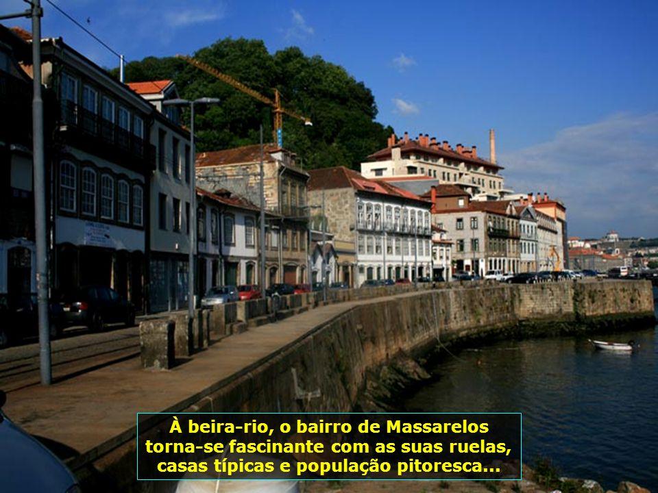 Ao fundo, sobre as árvores, na rotunda da Boavista, ponto mais central da cidade do Porto, para onde convergem várias avenidas, a estátua do leão em c